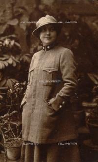 Foto alinari donna in grigio-verde