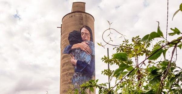 Foto 2. L'abbraccio, opera di un writer.300x600.jpg