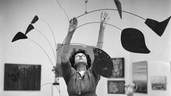 """FOTO 1 Peggy Guggenheim_""""Arco di petali"""" di Alexander Calder_Biennale di Venezia_1948"""