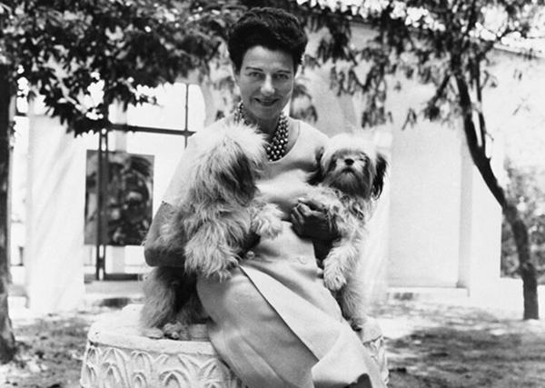 FOTO 2.Peggy Guggenheim nel giardino di Palazzo Venier dei Leoni, Venezia, anni '50