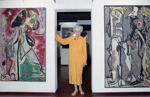 FOTO 5. Peggy posa  tra i primi dipinti di Pollock_1979.jpg