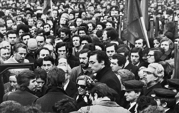 FOTO 3. Corteo funebre. 3 febbraio 1973. Foto di Carla Cerati