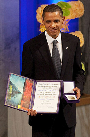 FOTO.President_Barack_Obama_with_the_Nobel_Prize_medal_and_diploma