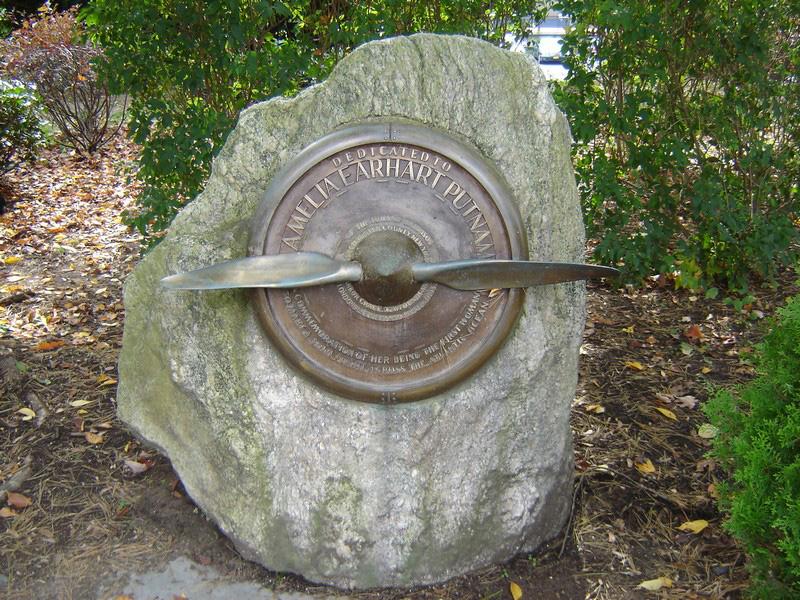 Harrison, N.Y. USA. Monumento in memoria sulla strada che porta il suo nome