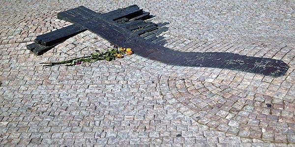 Il monumento sul lastricato della piazza