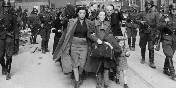 1. I primi ebrei catturati dalle SS, donne, anziani e bambini, vengono fatti uscire dal ghetto per essere inoltrati al campo di sterminio di Treblinka