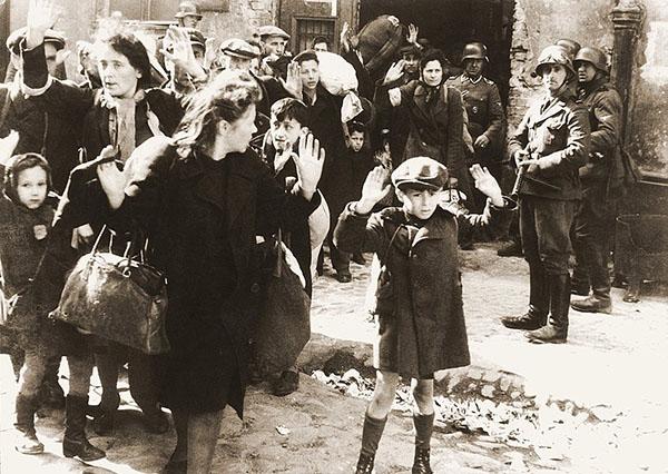2. Ghetto di Varsavia 1943- Il bambino di sette anni che alza le mani in segno di resa