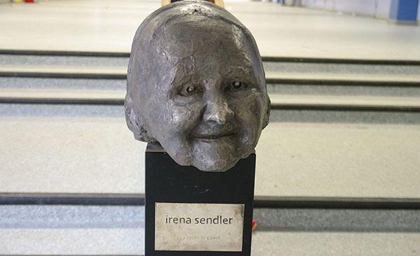 5. Scultura in una scuola di Amburgo intitolata ad Irena Sendler (2006)
