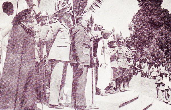 3. Il maresciallo Rodolfo Graziani, al centro, poco prima dell'attentato del 19 febbraio 1937, all'interno del Piccolo Ghebì (corte del palazzo imperiale) in Addis Abeba