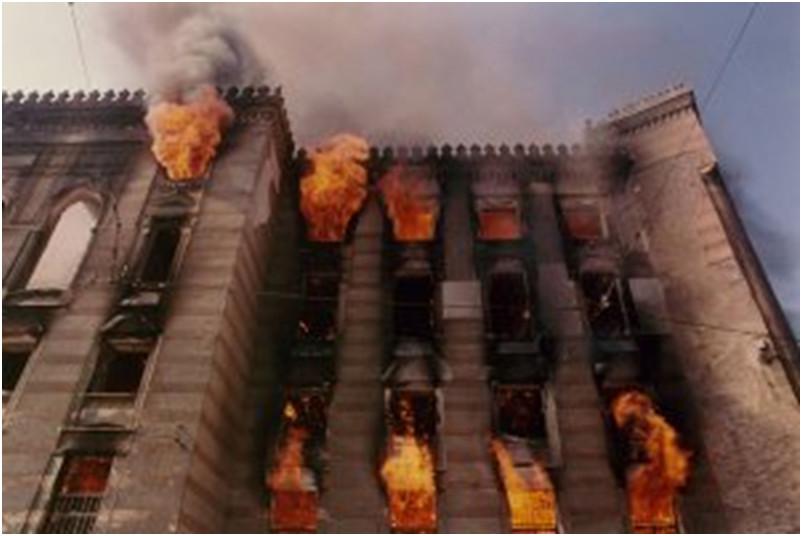3.La biblioteca di Sarajevo in fiamme (26 agosto 1992)