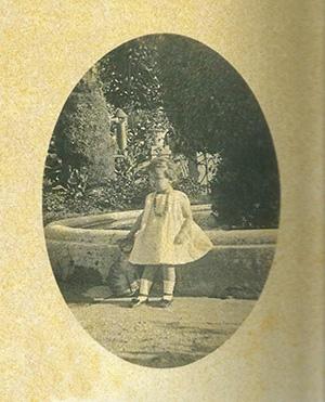 FOTO 1. Giuliana bambina nel parco della villa Renatico-Martini
