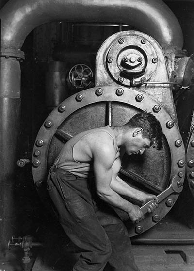foto 5 Lewis_Hine_Power_house_mechanic_working_on_steam_pump