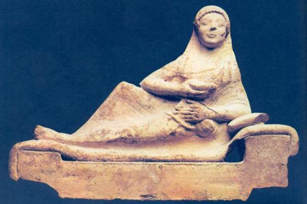 Banchettante distesa sulla Kile con la coppa e la lira. Fine VI sec.a.C. Museo Archeologico Nazionale, Taranto.