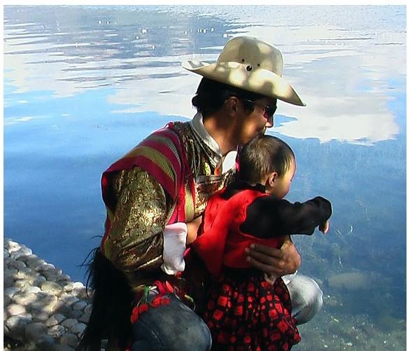 Figure 6Luoshui - Akae Tzer, il fratello minore di Akae accudisce affettuosamente i bambini della sorella verso i quali ha responsabilità paterne. MosoMosuo. Credit_Francesca Rosati Freeman,