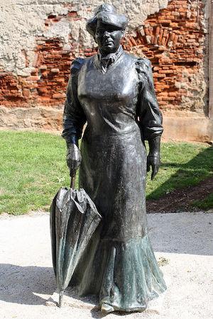 Foto5 Zagabria (Croazia). Statua della scrittrice e giornalista Marija Jurić Zagorka