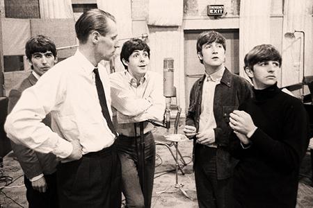 Foto4. George Martin con George Harrison, Paul McCartney, John Lennon e Ringo Starr