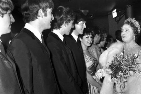 Foto7. I Beatles con la regina Elisabetta